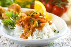 Ryż ugotuj według wskazówek na opakowaniu tak aby był sypki w lekko osolonym wrzątku. Marchewkę i cebulę pokrój w paseczki i podsmaż  na oleju w szerokiej patelni. Następnie dodaj odsączone pędy bambusa oraz orzechy nerkowca. Fix Knorr wymieszaj w bulionie i wlej na patelnię. Całość dokładnie wymieszaj i zagotuj.  Teraz dodaj koncentrat pomidorowy oraz pokrojonego w paski ananasa. Całość gotuj chwilę aż sos zgęstnieje.  Na półmisku wyłóż gorący ryż. Po wierzchu polej go sosem słodko kwaśnym…