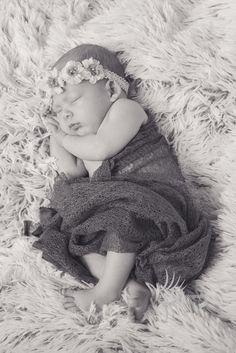 Gisteren bij Fleur geweest. Fleur was 6 weken te vroeg geboren en heel erg gewenst! De uitgerekende datum was 1 dag voordat we de shoot deden dus ondanks dat ze al 6 weken oud was, was ze eigenlijk nog een newborn. Wat een prinsesje!!! Een fotomodel in spe..... Dat is in ieder geval te zien…