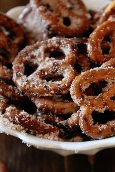 Cinnamon Sugar Pretzels: cup veg oil, cup sugar, 3 teaspoons cinnamon, 300 degrees, 30 minutes I think I'll use butter instead. Yummy Snacks, Delicious Desserts, Healthy Snacks, Snack Recipes, Dessert Recipes, Yummy Food, Finger Food Desserts, Candy Recipes, Appetizer Recipes