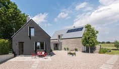 Das Gewinnerhaus von Andrea Saß und Hauke Kraß im Detail. Timber Architecture, Residential Architecture, Modern Barn House, Modern Bungalow, German Houses, Long House, Barn Renovation, Rural House, House Extensions