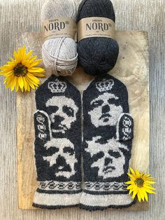 Ravelry: Queen pattern by Lotta Lundin Knit Mittens, Knitted Hats, Photo Tutorial, Arm Warmers, Ravelry, Knitting Patterns, Give It To Me, Gloves, Pairs
