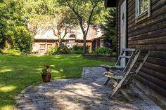 Keltainen talo rannalla: valaisimet Outdoor Furniture, Outdoor Decor, Outdoor Gardens, Outdoor Living, Villa, Bench, Exterior, Park, Houses