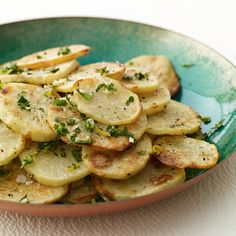 "Weight Watchers Roasted Potatoes with Fresh Herbs. ""Make sure you don't burn them, and be aware that you'll have to ""sprinkle"" the mixture on the potatoes to ensure it gets spread around. use the zest from a whole lemon, and four cloves of garlic. Herb Recipes, Healthy Recipes, Ww Recipes, Potato Recipes, Cooking Recipes, Vegetable Recipes, Healthy Foods, Weight Watchers Canada, Plats Weight Watchers"