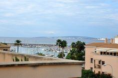 Portixol/ Es Molinar, Palma de Mallorca: Elegant takvåning med stor takterrass i Portixol. Attraktiv våning med fantastisk takterrass om 106 kvm, med ett fristående förråd om ca 20 kvm (som man lätt kan konvertera till ett gästrum). Påkostade snickerier och genomgående hög kvalitet. Tre sovrum varav ett med walk-in closet och badrum med badkar en-suite. Stor social yta med salong och komplett kök i öppen planlösning.