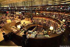 台北の誠品書店。台湾の文化発信地だという。中山公園の近くらしい。