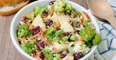 Salade de brocoli et pommes...la perfection dans votre assiette New Recipes, Vegetarian Recipes, Cooking Recipes, Healthy Recipes, Recipies, Guacamole, Potato Salad, Dairy Free, Main Dishes