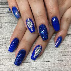 Nail Art Inspiration - blaue Nägel mit Strass und Glitzer - Nageldesign für den Sommer
