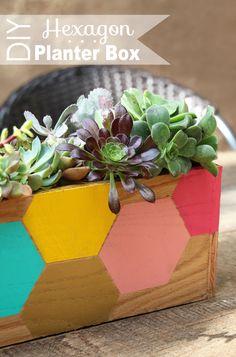 von Hand zu Hand: Holz & Farbe