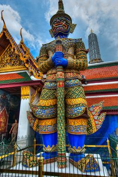 Gina and Rachel are appropriately wowed by all the features of the Grand Palace. www.drransdellnovels.com
