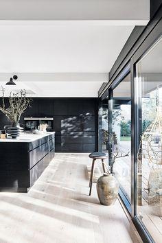 Nu er huset fra ikke til at kende. Home Decor Kitchen, Kitchen Interior, Home Kitchens, Room Interior Colour, Küchen Design, House Design, Modern Townhouse, Kitchen Colors, Home Fashion