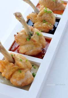 Summer Wedding Appetizers: Little Bites For Your Big Day chicken lollipop, but no. Do this with meatballs, each set in a little sauce on a serving platter.chicken lollipop, but no. Do this with meatballs, each set in a little sauce on a serving platter. Vegan Appetizers, Appetizer Recipes, Appetizer Ideas, Chicken Lollipops, Wedding Appetizers, Masterchef, Good Food, Yummy Food, Fun Food