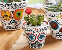 "DIY Halloween : DIY Daisy Eyes Sugar Skull DIY Halloween Décor (haha - I love they call this ""Halloween décor - for me, it's just décor) (Cool Crafts For Halloween) Diy Halloween, Halloween Decorations, Mexican Decorations, Halloween Tutorial, Halloween Season, Painted Flower Pots, Painted Pots, Painted Pebbles, Hand Painted"