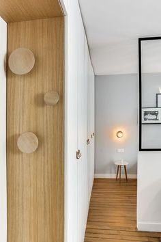 Appartement Paris Marais : un 25 multifonction - Côté Maison The Effective Pictures We Offer You About hallway flooring A quality picture can tell you many things. Small Apartments, Small Spaces, Door Design, House Design, Design Art, Painted Wood Floors, Apartment Door, House Siding, Closet Bedroom