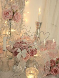 Un zoom d'une décoration d'une belle table de Saint Valentin chic