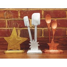 If we do the appetizer award this would be cute. Another pic of my awesome library food challenge trophies - Golden Whisk, Silver Spatula, and Bronze Spoon! Culinary Classes, Culinary Arts, Cafeteria Behavior, Homemade Trophies, Diy Trophy, Chili Cook Off, Cupcake Wars, Lunch Room, Home Economics