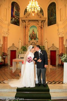 Beijo dos noivos no altar da Igreja Nossa Senhora do Rosário da Pompéia, em São Paulo. Foto: Gerson Paes | Alfa Foto.
