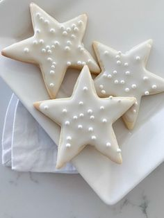 Sugar Cookie Recipe Sharing The Best Sugar Cookie Recipe today that makes the perfect buttery crisp cookies! These sugar cookies are perfect for Christmas plates! Star Sugar Cookies, Best Sugar Cookie Recipe, Sugar Cookie Icing, Christmas Sugar Cookies, Gingerbread Cookies, Cookie Recipes, Christmas Biscuits, Christmas Plates, Christmas Goodies