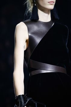 fashion 2015 The complete Lanvin Fall 2015 Ready-to-Wear fashion show now on Vogue Runway. Dark Fashion, Leather Fashion, High Fashion, Fashion Show, Womens Fashion, Fashion Trends, Fashion 2015, Fashion Hacks, Lanvin