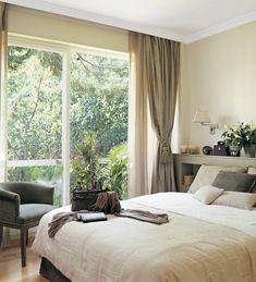 Dormitorio con ventanal grande