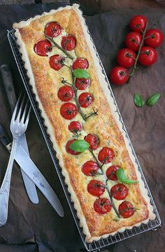 For today I offer you a savory pie with savory .- Pour aujourd& je vous propose une tarte salée aux saveurs du sud avec de… For today I offer a savory pie with southern flavors with cherry tomatoes, farmer& goat cheese, basil and thyme from … - Quiches, Tart Recipes, Cooking Recipes, Brunch, Good Food, Yummy Food, Savory Tart, Cherry Tomatoes, Food Inspiration