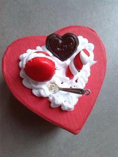 boîte à bijoux décorée de gourmandises en fimo, rouge saint valentin