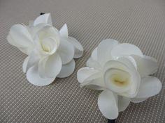 Algodón de Luna: Horquillas con flores de tela para novias o comuniones. Rosas delicadas en blanco.