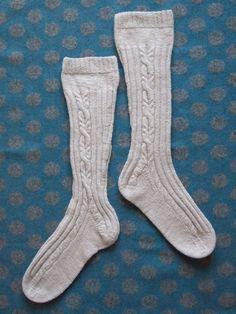 イギリスの紡績糸を二本引き揃えて編んだハイソックスです。シンプルに前後はゴム編み状に、甲と踵に別れる部分にはケーブルが続くように施しました。シンプルだけど、少...|ハンドメイド、手作り、手仕事品の通販・販売・購入ならCreema。