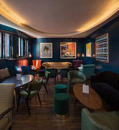 The Groucho Club | 5 Restaurants In London For The Design Lover During Decorex | Restaurant Interior. Restaurant Interiors. #restaurantinterior #restaurantdesign #decorex Read more: https://www.brabbu.com/en/inspiration-and-ideas/world-travel/restaurants-london-design-lover-decorex