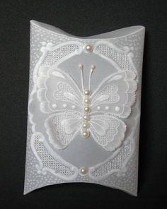 Embalagem em papel vegetal, com desenhos em relevo e borboleta 3D. Os adornos podem ser alterados conforme sua preferência. Pedido mínimo: 20 unidades. R$ 12,00