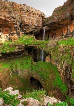 La Garganta de Baatara es una cascada que desciende por las cuevas de Baatara en el Monte Líbano, su mayor particularidad es que atraviesa tres puentes naturales que elevan una sobre la otra en una montaña de piedra caliza, es por eso considerada una de las más espectaculares del mundo. Descubierta en 1952 por el francés Henri Coiffait , cae unos 255 metros dentro de la caverna de piedra caliza jurásica. Durante el deshielo de la nieve de primavera, una cascada de 90 a 100 metros cae detrás…