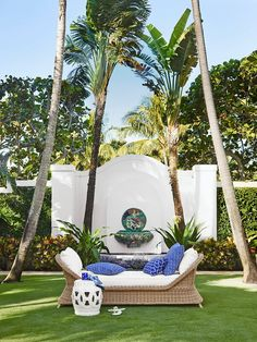American heiress Aerin Lauder joined forces with Williams-Sonoma on a collection you'll swoon over. Here's how you can get the look at home. Outdoor Lounge, Outdoor Rooms, Outdoor Dining, Outdoor Decor, Outdoor Areas, Outdoor Furniture, Home Modern, Mid-century Modern, Theodora Home