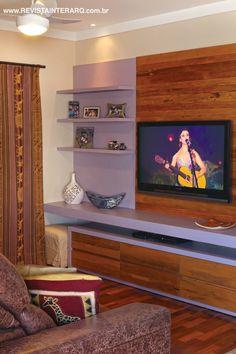 O móvel do home theater mescla madeira de demolição e laca (Ismael Gabriel Marcenaria)