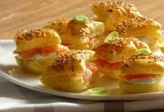 Puff pastry appetizers with sesame, green onion, dill, cream cheese and salmon Veggie Appetizers, Puff Pastry Appetizers, Finger Food Appetizers, Yummy Appetizers, Party Finger Foods, Snacks Für Party, Fish Recipes, Snack Recipes, High Tea
