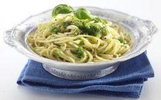 Tuoreesta basilikasta itse tehty pesto on vertaansa vailla. Kokeile vihreää pestoa vaikkapa leivän päälle tai pastan kanssa.