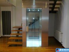 ascensor unifamiliar con estructura de cristal diseño  respetando la arquitectura de la casa , en el hueco de la escalera.