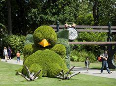 Un poussin endormi fait la sieste dans le Jardin des plantes, à Nantes, le 8 juillet. Cette création de l'auteur de littérature de jeunesse et illustrateur Claude Ponti est présentée dans le cadre de l'événement Le Voyage à Nantes.