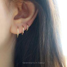 Gold Slim Sleeper Hoop Earring - Ear Piercings - Ideas For Women's Minimalist Earrings, Minimalist Jewelry, Triple Lobe Piercing, Ideas Joyería, Cute Ear Piercings, Ear Jewelry, Jewelry Box, Ring Verlobung, Diamond Studs