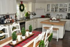 Traditional Christmas Dining Area Decor Ideas