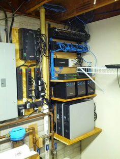 How to mount replaceable plywood on server room wall? Computer Projects, Computer Build, Computer Setup, Computer Coding, Gaming Computer, Structured Wiring, Server Rack, Rak Server, Diy Home Decor Rustic