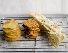 Home-made crackers from the Oregonian: Corn crisps, rosemary semolina crackers, and cheddar cheese crackers. Plus three great dips. Homemade Chips, Homemade Crackers, Homemade Food, Appetizer Recipes, Snack Recipes, Appetizers, Cracker Recipe, Good Food, Yummy Food