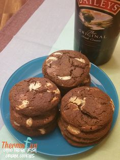 If you love chocolate (like me) and baileys (like me) and fudge (like me) then you NEED to make this thermomix double chocolate fudge baileys cookies. Baileys Recipes, Fudge Recipes, Sweets Recipes, No Bake Desserts, Delicious Desserts, Snack Recipes, Snacks, Biscuits, Thermomix Desserts