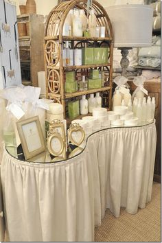 kidney shaped skirted vanity table like it just not with the topper Vintage Dressing Tables, Dressing Table Vanity, Vanity Tables, Dressing Rooms, Vanity Redo, Vanity Fair, Kidney Table, Bedroom Stools, Makeup Stool
