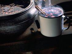 """kikipoucagrana.com: Quentão de vinho tinto Amigas!!!!  Em plena comemoração das festas juninas, não poderia deixar de postar uma receita fantástica de quentão. Como adoro vinho e não sou muito chegada a cachaça, o quentão de vinho tinto é uma opção e tanto! Aquece, conforta e dá um """"baratinho"""" legal."""