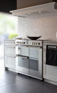 De #Stoves Sterling 900 DFT geplaatst in een bijpassende keuken. (foto: Stoves Nederland)