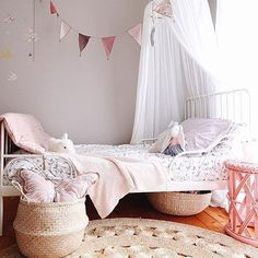 Monday morning struggles are definitely made easier by coffee and pretty spaces. We love this room by @paperandlilies, the gorgeous colour palette, the subtle floral print on the quilt, we love it all. Happy Monday peeps xx.