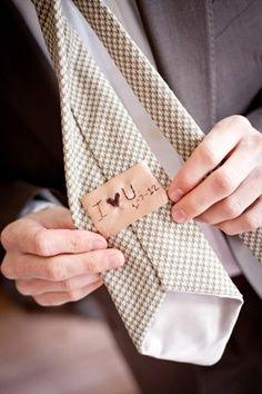 Detalle en corbata http://conbdeboda.blogspot.com.es/2013/06/novios-con-mensajes.html