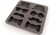 Charola de moldes para hacer hielo con las figuras de sombreros, lentes, bigotes y corbatines, hecha de silicón en color gris.Dimensiones:15 cm. x 16 cm. x 2 cm. aproximadamente....