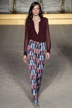 Matthew Williamson Primavera-Verano 2015: glamour con mucha personalidad. Conjunto de camisa burdeos de escote en v y pantalón largo con estampado geométrico.