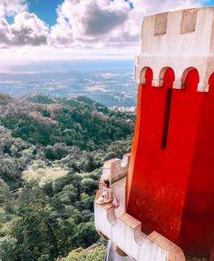 """Сказочный замок, в котором смешались различные архитектурные стили - дворец Пена """"Pena National Palace"""" ходит в список 7 чудес Португалии.…"""