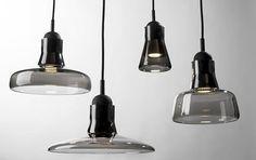 """""""Shadows"""" heißt diese Pendelleuchten-Serie aus schwarzem Glas. Sie beleuchtet mit LED und wird beim tschechischen Hersteller Brokis gefertigt."""
